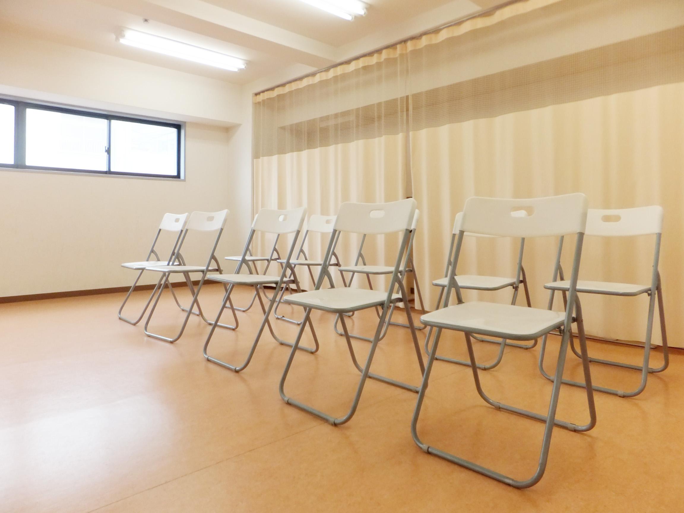 備品の椅子を並べて講演会もできます